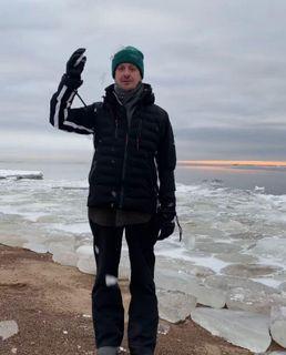 Константин Богомолов разбивает лёд обсвою голову. Источник: Instagram
