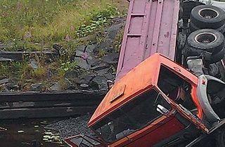 Двое мужчин погибли на Урале в перевернувшемся самосвале
