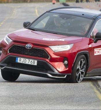 Это позор, Toyota: Плагин-гибридный RAV4 2021 запорол «лосиный» тест