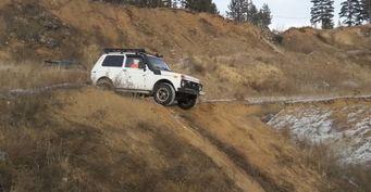 «Нашли коварное местечко»: «Нива» оказалась лучше Land Rover Discovery и Pajero Sport на офф-роуде