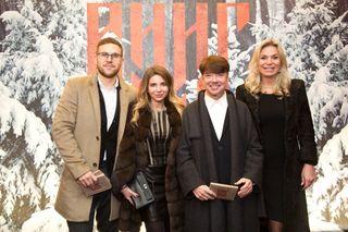 Валентин Юдашкин сдочерью, женой изятем. Фото: kino-teatr.ru