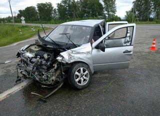 «Lada Granta» врезалась в пассажирский автобус на полной скорости