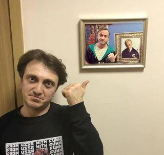Денис Дорохов, парадирующий Тома Фелтона, парадирующего маленького Драко. Фото: www.instagram.com
