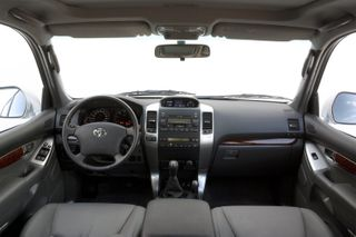 Фото: салон Toyota Land Cruiser Prado 120, источник: Toyota