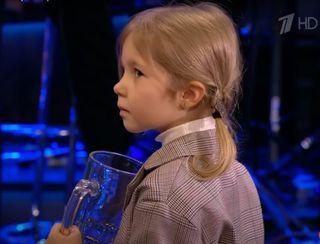 Девочка чуть неплачет, получив вместо единорога пивную кружку. Скриншот: YuoTube.