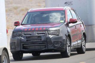 Обновленный Mitsubishi Outlander попал в объективы камер шпионов