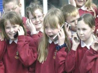 Ученые: У детей сотовые телефоны вызывают аллергию и сонливость