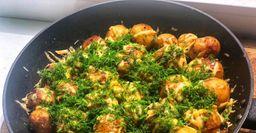 Молодая картошка под сырной корочкой на сковороде. Авторский рецепт