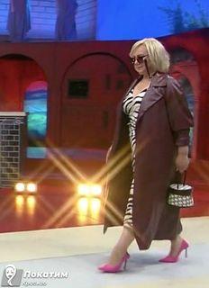 Первый выход героини в ничуть не пошлом платье под «зебру». Фото автора «Покатим»