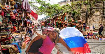 Из-за толпы россиян жители Турции боятся ходить нарынок вАнталье