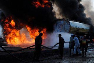 В Калмыкии перевернулся и загорелся бензовоз с нефтью, есть пострадавшие