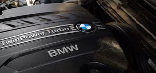 Мотор отBMW под капотом «Нивы». Кадр: YouTube-канал «Лиса Рулит»