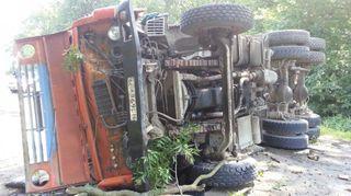 В Калининградской области «КамАЗ» перевернулся и врезался в дерево