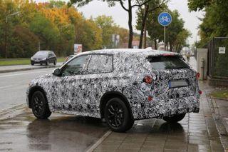 BMW X1 нового поколения начал проходить дорожные тесты