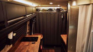 Кухня, душ игардероб. Фото: Motor1
