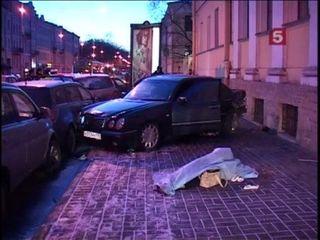 На юге Москвы 2 молодых людей сбили насмерть женщину и скрылись с места аварии