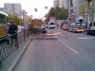 Автомобиль сбил троих людей на трамвайной остановке в Петербурге