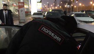Полицейский зафиксировал скрученный пробег. Кадр: YouTube-канал «Правовой центр Движение»
