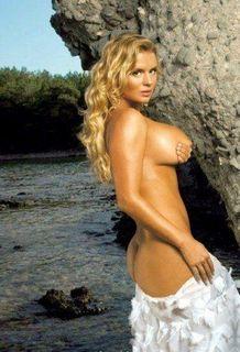 Анна Семенович выложила снимки без нижнего белья