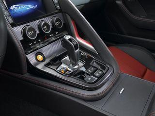 В России купе Jaguar F-Type начало продажи подорожанием