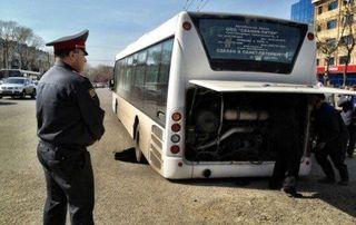 Возле здания мэрии Томска маршрутка провалилась в яму на дороге