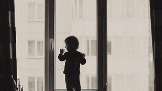 В Уссурийске девочка 2 лет выпала из окна пятиэтажного дома