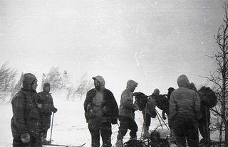 Документальный кадр спора Золотарёва сДятловым перед подъёмом нагору смерти. Фото: vapingday.ru