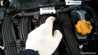 Фото: провод, которые перетирает крышка двигателя, источник: скриншот сYouTube-канала Paramonov