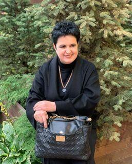 Елена Голунова напоследнем сроке беременности прячет живот сумкой
