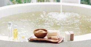 Для расслабления хорошо подходят горячие ванны / Фото: vk.com