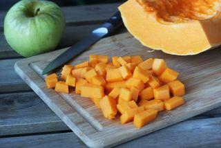 Нарезаем тыкву, очищаем яблоко\Источник: kristinabelko