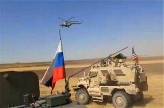 Фото: Американский конвой устроил гонки с российскими военными, SohuНапряжение между военными России и США растет. В пустыне Сирии российские танки взяли на таран американскую бронетехнику.