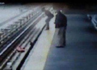 Екатеринбург: Молодая мама после ссоры с любимым столкнула коляску с ребёнком на рельсы