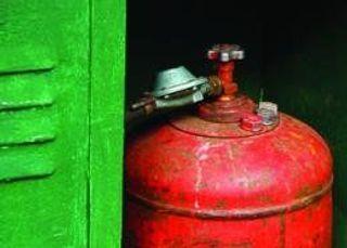 В Петербурге загорелся ангар, в котором могут находиться газовые баллоны