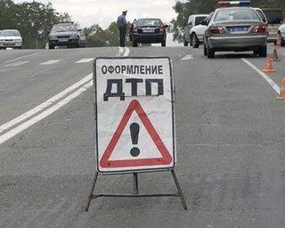 В Петербурге лесовоз влетел в отбойник на КАД, бревна высыпались на дорогу