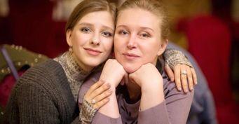 Лиза Арзамасова расплакалась, поздравляя маму сднём рождения