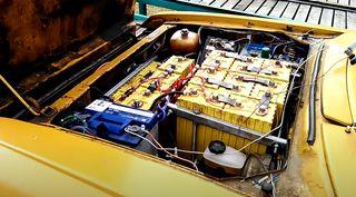 Батареи втон цвета кузова. Кадр: YouTube-канал Temnaya FAZA