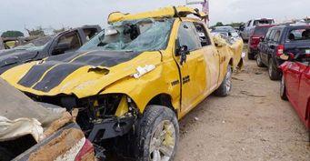 Торнадо разрушил дилерский центр и уничтожил автомобили в Техасе