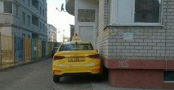 Парковка таксиста со столичными номерами впечатлила жителей Воронежа