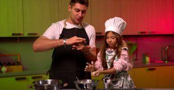 Дава научил «приемную» дочь готовить конфеты «Баунти»