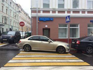 Мастер парковки легко бросит чужое авто. Фото: 4kolesa