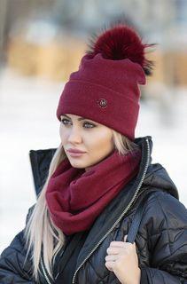 Шапку с балабоном и шарфом тон в тон покупать не стоит. Фото: https://e-mm.ru/
