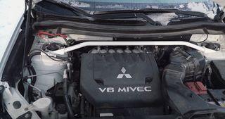 Трёхлитровый мотор Mitsubishi Outlander 2016 года. Кадр: YouTube-канал «Дмитрий Рогов»