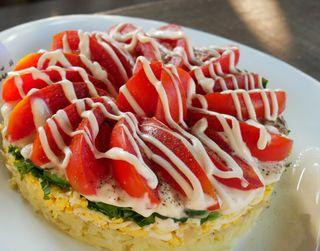 Слоеный салат «Летняя шуба» | Фото: Рikabu, @SmachnaHata