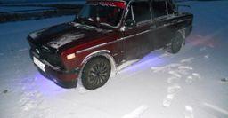 «В 90-е за такой Жигуль дрались бы»: ВАЗ-2107 покорил сеть тюнингом «по-королевски»