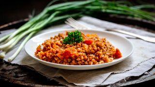 Гречка в перемешку с томатной подливой\Источник: Яндекс.Дзен Помогатор готовит