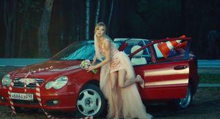 Насъёмках клипа «Кабриолет» тоже красный Mercedes. Фрагмент извидео группы «Ленинград»