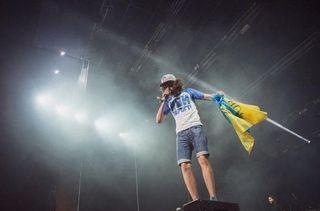 Рэпер «Noize MC» выступил во Львове с украинским флагом