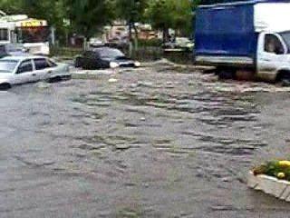 В Калуге в грозу машины переплывали улицу Кирова