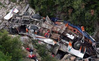 В Китае 30 человек погибли при падении автобуса в ущелье